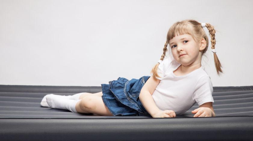 Mädchen auf einem Kinder Luftbett